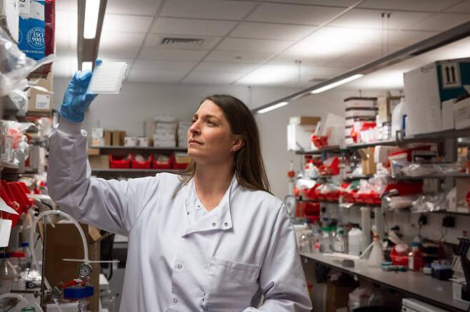 영국 옥스퍼드대와 아스트라제네카가 공동으로 개발한 코로나19 백신 연구를 수행하는 모습(사진=AFP)