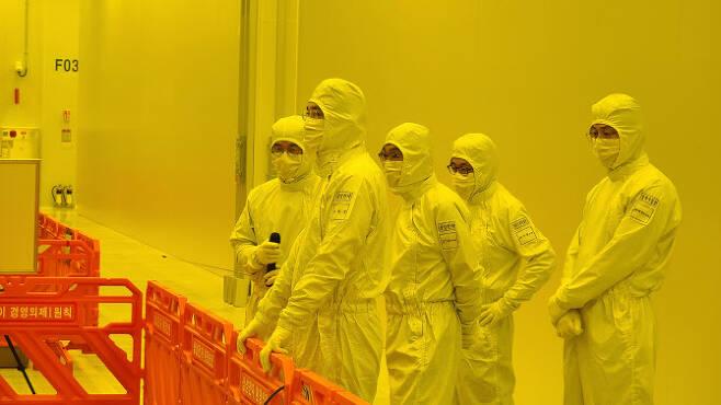 이재용 삼성전자 부회장이 4일 경기도 평택사업장을 방문해 EUV 전용라인을 점검하고 있다. (사진=삼성전자)