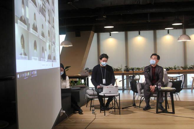 ▲지난 8일 김종현 사장은 여의도 파크원 Tower1에 위치한 본사 63층 '소통 라운지'에서 신입사원들과 소통하는 사내 온라인 타운홀 행사를 진행했다. (사진=LG에너지솔루션)