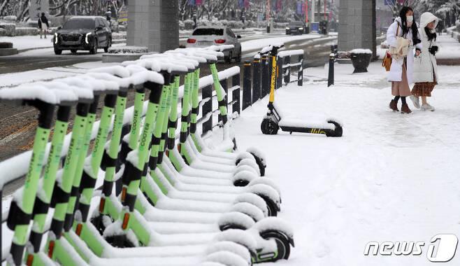 지난 18일 전북 전주시 전북대학교에  눈이 쌓여 있다./뉴스1 © News1 유경석 기자