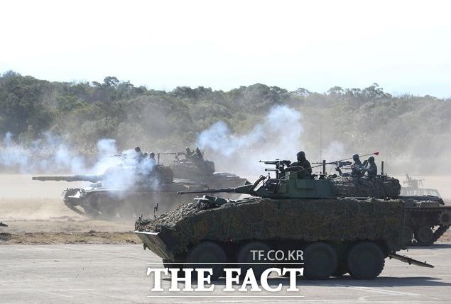 지난 19일 대만 북부 신주에서 대만 전차가 보병과 함께 기동훈련을 하고 있다. 전차와 박격포, 소형 화기 등을 동원한 대만군은 중국의 군사 위협으로부터 방어하기 위한 기동 훈련을 했다. /신주=AP.뉴시스