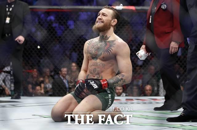 코너 맥그리거가 24일 UAE 아부다비에서 열린 UFC 257 메인 이벤트에서 1년 만에 복귀전을 가졌으나 포이리에에게 2라운드 TKO패를 당했다./AP.뉴시스