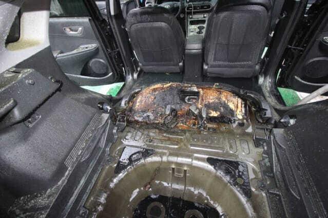 사고 후 뒷좌석 아랫쪽이 탄 코나 전기차 (사진=대구 달서소방서 제공)