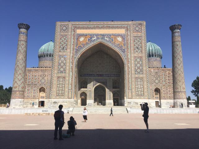 우즈베키스탄 사마르칸트(Samarkand) 레기스탄 광장(Registan Maydoni)의 쉐르도르 마드라사(Sher-Dor Madrasa), 1636년 바하도르 왕 때 지어진 이슬람 교육기관인 마드라사. 이동학 작가