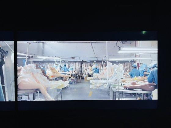 중국의 리얼돌 제작 공장의 현장 모습. 다큐멘터리 '내일'의 한 장면. [사진 이은주]