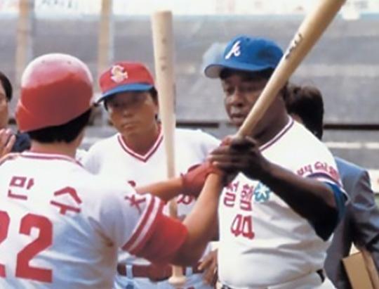 1982년 한국 방문 당시 이만수와 행크 애런(사진=이만수 제공)