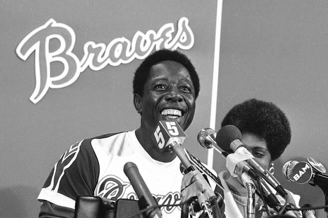 행크아론이 1974년 4월8일 715번째 홈런을 친뒤 소감을 말하고 있다. [AP연합]