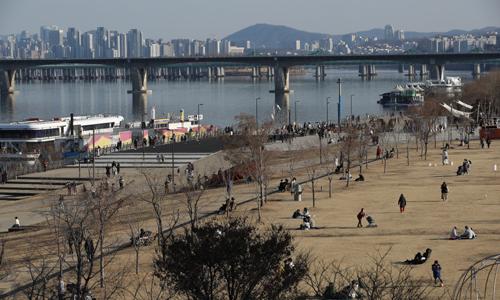 24일 서울 여의도 한강공원에서 시민들이 나들이를 즐기고 있다. 뉴시스
