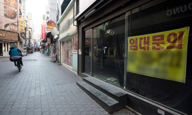 24일 서울 중구 명동거리의 한 건물 1층이 비워진 채 임대문의 안내만 걸려 있다. 정부와 여당은 코로나19 사태로 피해를 입은 자영업자를 위한 손실보상법을 검토 중이다.뉴스1