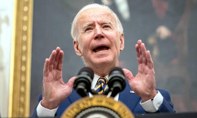 조 바이든 미국 대통령이 22일(현지시간) 백악관에서 코로나19로 큰 고통을 겪는 저소득층을 위한 식량지원 확대 등 경제위기 대응 관련 행정명령에 서명한 뒤 연설하고 있다. 워싱턴=UPI연합뉴스