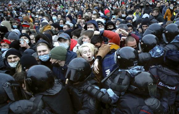 상트페테르부르크에서도 나발니 지지 시위 - 러시아 전역에서 야권 운동가 알렉세이 나발니 지지 시위가 23일(현지시간) 벌어진 가운데 상트페테르부르크 도심에서 경찰과 시위대가 충돌하고 있다. 2021.1.24 AP 연합뉴스
