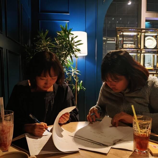 '말하는 몸'의 저자인 박선영(왼쪽) PD와 유지영 기자문학동네 제공