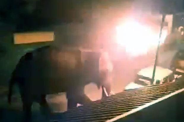 닐기리스 마시나구디 지역의 리조트에서 촬영된 영상에는 어둠 속을 배회하던 코끼리가 이마에 불덩이를 맞고 황급히 발길을 돌리는 모습이 담겨 있다.