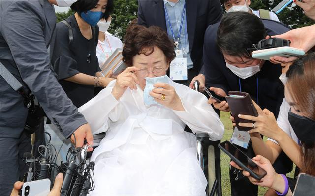 이용수 할머니 - 일본군 위안부 피해자 이용수 할머니가 지난해 8월 14일 충남 천안 국립망향의동산에서 열린 위안부 피해자 기림의 날 기념식에 참석해 취재진과 인터뷰 중 땀을 닦고 있다. 2020.8.14 뉴스1