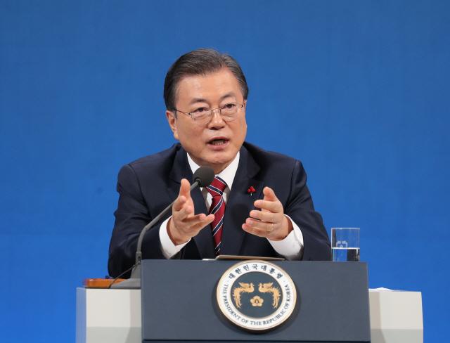 문재인 대통령이 지난 18일 청와대 춘추관에서 열린 신년 기자회견에서 기자의 질문에 답하고 있다. /연합뉴스