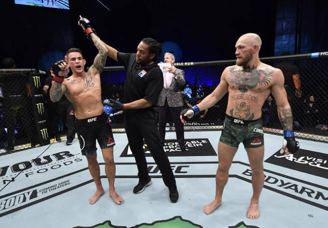 UFC 최고의 슈퍼스타인 코너 맥그리거(오른쪽)가 더스틴 포이리에에게 TKO 패배를 당한 뒤 씁쓸한 표정을 짓고 있다. 사진=AFPBBNews