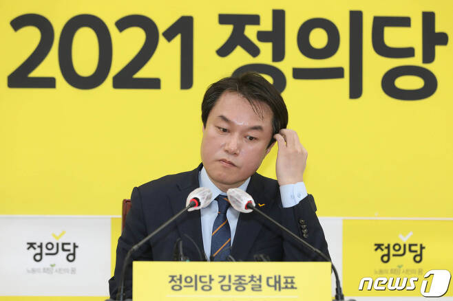 정의당 김종철 대표가 지난 20일 서울 여의도 국회에서 열린 신년기자회견에서 머리를 만지고 있다. 2021.1.20/뉴스1 © News1 성동훈 기자