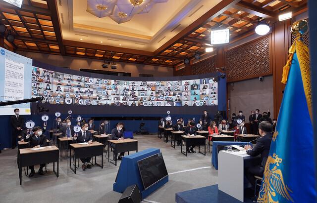 사상 처음 온오프라인으로 열린 대통령 새해기자회견 모습. 청와대 제공