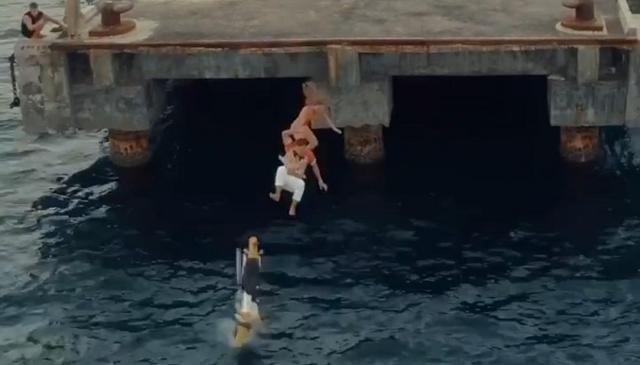 러시아인 세르게이 코센코씨가 오토바이를 탄 채로 바다로 뛰어드는 장면. 인스타그램 캡처