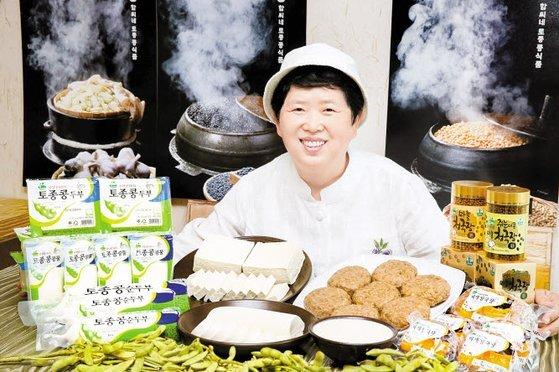 함씨네토종콩식품 함정희 대표가 두부·청국장·콩물 등 토종 콩으로 만든 상품을 보여 주고 있다. 함씨네토종콩식품의 토종 콩 제품은 상대적으로 비싸지만 단골이 많다. 프리랜서 장정필