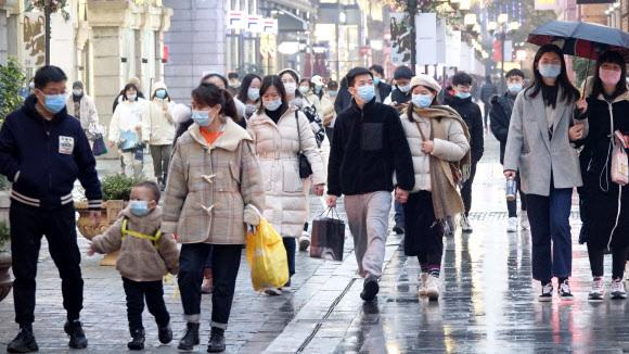 지난 21일 중국 후베이성 우한시 번화가인 한제에서 시민들이 걸어가고 있다. 연합뉴스