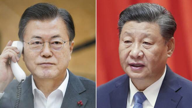 문재인 대통령(왼쪽)이 26일 오후 청와대에서 시진핑 중국 국가주석과 전화 통화하고 있다. (사진=연합뉴스)