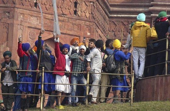 뉴델리의 유적 레드 포트에 오르고 있는 시위대. AP=연합뉴스