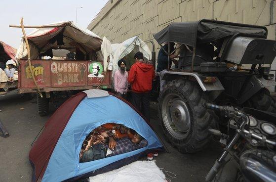 지난 25일(현지시간) 뉴델리 상경집회를 위해 이동중인 농민들이 우타르 프라데쉬 인근에서 휴식을 취하고 있다. AP=연합뉴스