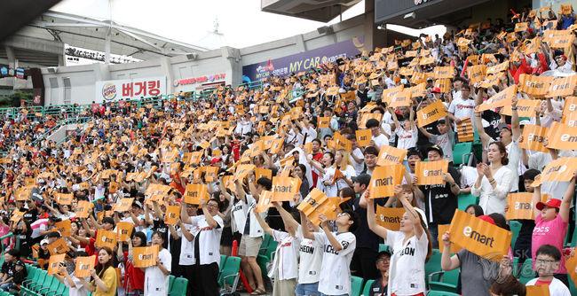 [사진] 이마트데이 이벤트를 진행하는 SK 와이번스. / SK 와이번스 제공