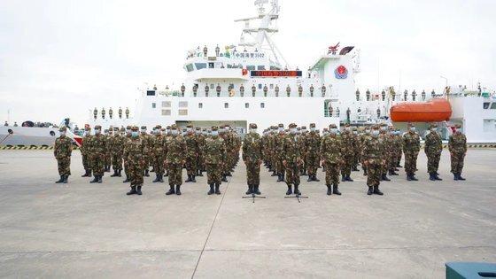 중국 해경 부대원이 부두에서 점호를 받고 있다. [중국해경 위챗 캡처]