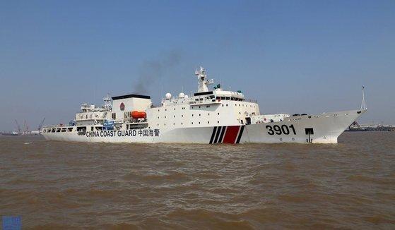 12000톤 급 중국 해경 3901함. 해경 함정으로는 세계 최대 배수량을 자랑한다. 남중국해에 투입됐다. [SCMP 캡처]