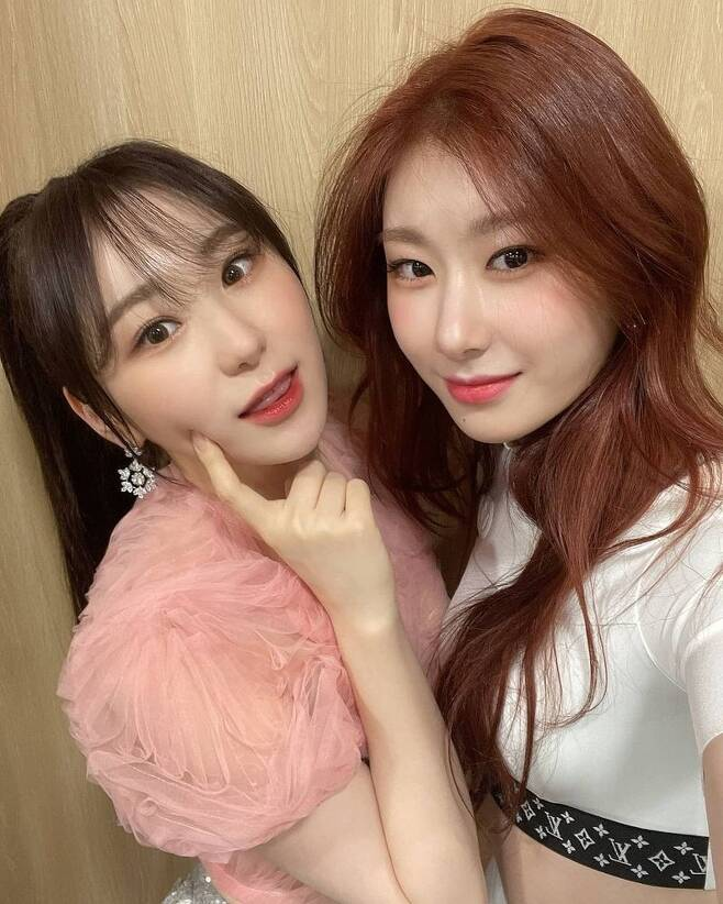 Group IZ*ONE Chae Yeon released a selfie with his brother ITZY Chaeryeong.On February 2, IZ*ONE official Instagram posted a picture with an article entitled Thank you for the warm article # Chae Yeon # IZ*ONE.In the open photo, Chae Yeon is taking a self-portrait with Chaeryeong, especially in the appearance of a lovely Chae Yeon and Chaeryeong.Meanwhile, the two participated in the 30th Seoul Song Awards held on January 31 as IZ*ONE and ITZY members, winning the main prize and the Discovery of the Year award respectively