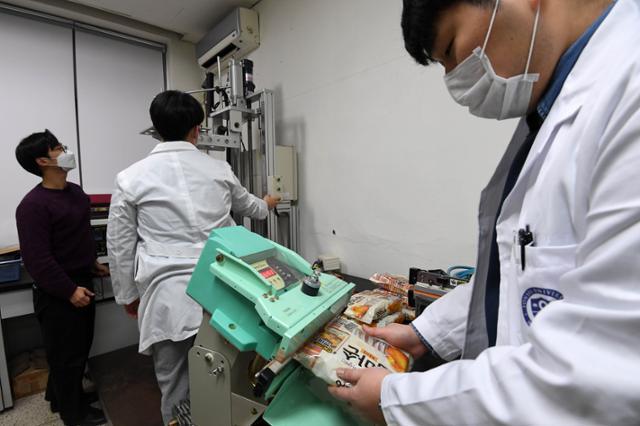 연세대 미래캠퍼스에서 박수일 패키징학과 연구실 연구원들이 낙하 실험(사진 왼쪽)과 제품 재포장(오른쪽)을 하고 있다. 서재훈 기자