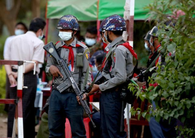 미얀마 무장경찰이 2일 의원들이 구금된 것으로 알려진 수도 네피도 정부청사단지 영빈관 입구를 지키고 있다. 미얀마 군부는 전날 새벽 전격적으로 쿠데타를 일으켜 아웅산 수치 국가고문이 이끄는 민주주의민족동맹(NLD) 소속 의원 등 약 400명을 이곳 영빈관에 구금했다고 현지 외신들이 전했다. 네피도=EPA 연합뉴스