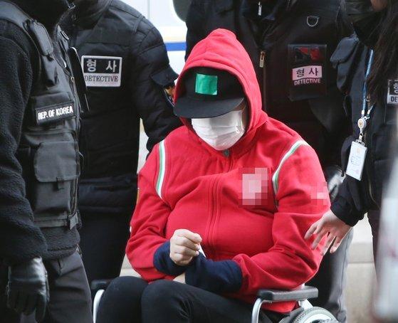 8살 딸의 호흡을 막아 숨지게 한 혐의를 받는 어머니 백모(44)씨가 지난달 17일 오후 구속 전 피의자 심문(영장실질심사)을 받기 위해 인천시 미추홀구 인천지방법원으로 들어서고 있다. 연합뉴스