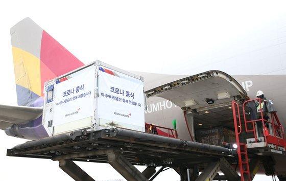 지난해 12월 29일 인천공항에서 아시아나항공이 모스크바행 화물기에 스푸트니크V 백신을 싣고 있다. [사진 아시아나항공]