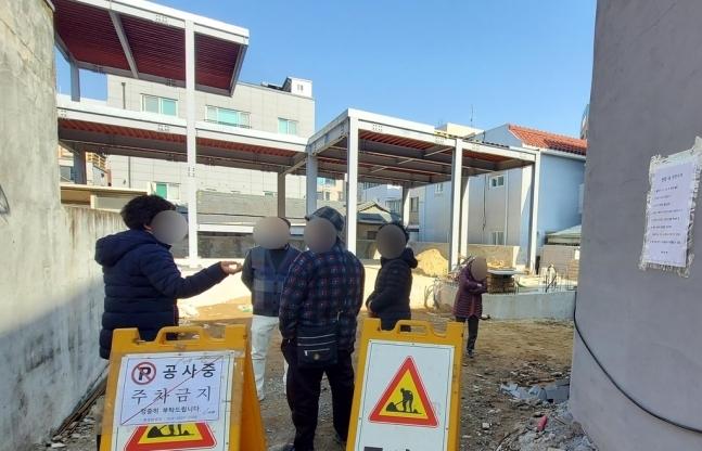13일 이슬람 사원이 들어설 것으로 예정된 대구 북구 대현동에 주민들이 모여있다. 2021.2.12. 연합뉴스