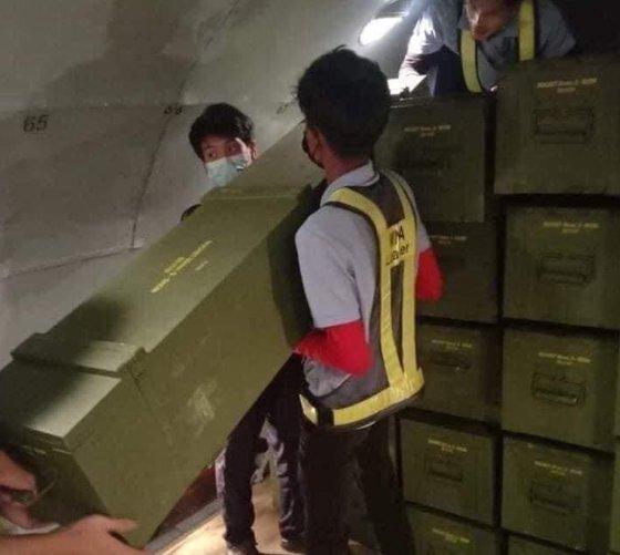 지난 11일 미얀마 네티즌 사이에서 퍼진 사진. 중국 화물기가 양곤 공항에 서있는 사진에 이어 해당 사진이 퍼지면서 시위대는 중국이 미얀마 군부를 지원하고 있다는 의혹을 제기하고 있다. [트위터 갈무리]