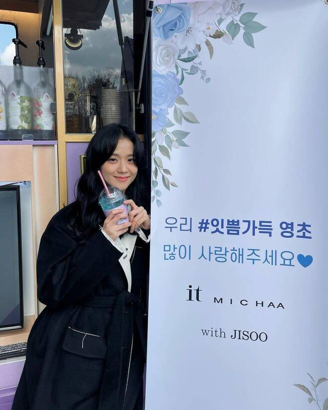 Group BLACKPINK Ji Soo has certified Coffee or Tea gifts.Ji Soo posted several photos on his instagram on February 15 with the caption: Im still making a fight today, thank you #Snowdrop.The photo shows Ji Soo, who is taking a certification shot with a bright beauty in front of a blue coffee car.Natural black-haired wave perms and black jackets make transparent skin more visible, and while filming, it captivated fans with lovely visuals.Ji Soo is currently working on filming JTBCs new drama Snowdrop (Gase).Meanwhile, BLACKPINK, which Ji Soo belongs to, has recently surpassed 500 million views of Ice Cream music video, and has become a group with 10 videos of YouTube more than 500 million views.