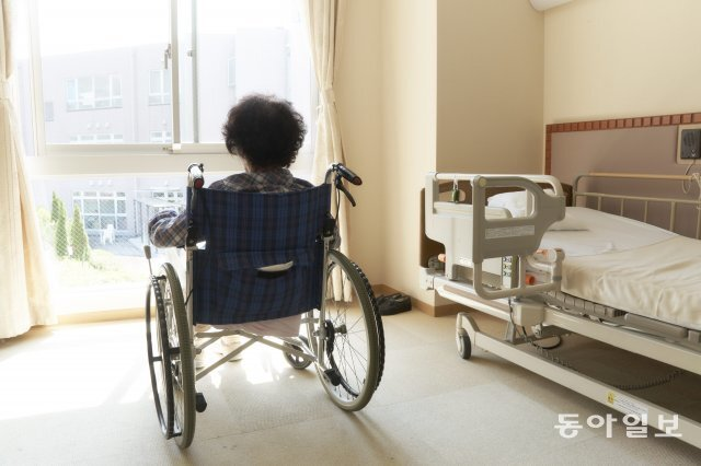 한 병원에서 창 밖을 내려다보는 노인. 고령화는 세계적 추세이지만 한국의 고령화 속도는 특히 빠르다. 동아일보DB