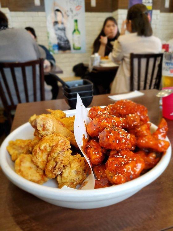 최근 일본에선 한국식 치킨과 순두부찌개(아래 사진) 등 한국 요리가 인기를 끌고 있다. [사진 나리카와 아야]