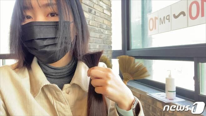 어린 암환자를 위해 2년간 기른 머리카락을 잘라 최근 기부한 김미진 주무관. (김해시청 제공) © 뉴스1
