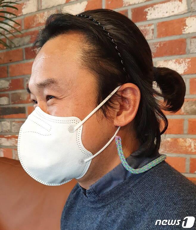 꽁지머리를 하고 있는 경남 김해시청 권오현 주무관. 권 주무관은 소아암환아를 돕기 위해 머리를 기르고 있다고 밝혔다. © 뉴스1 김명규 기자.