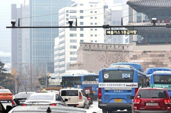 배출가스 5등급 차량 단속을 위해 서울 중구 숭례문 앞에 단속카메라가 운영되고 있다. 우상조 기자