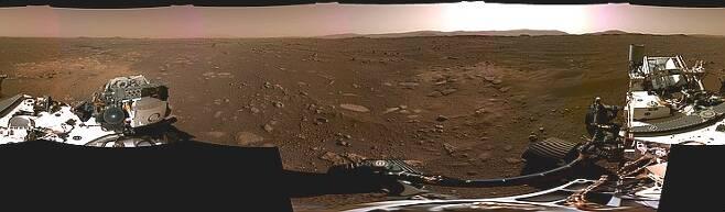 화성 탐사로버 퍼서비어런스가 최초로 보내온 화성 파노라마 사진. 지난 20일에 찍은 예제로 크레이터의 풍경이다.(출처=NASA/JPL-Caltech)