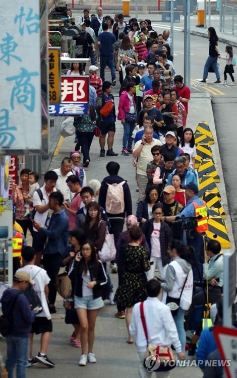 (홍콩=연합뉴스) 김인철 기자 = 2019년 11월 24일 홍콩 구의원 선거일. 홍콩 사우스 호라이즌스 커뮤니티센터에 설치된 투표소 인근에서 시민들이 투표를 위해 줄을 서고 있다.