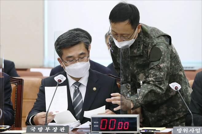 서욱 국방부 장관이 23일 국회 국방위에서 박정환 합참작전본부장과 대화하고 있다. /이덕훈 기자