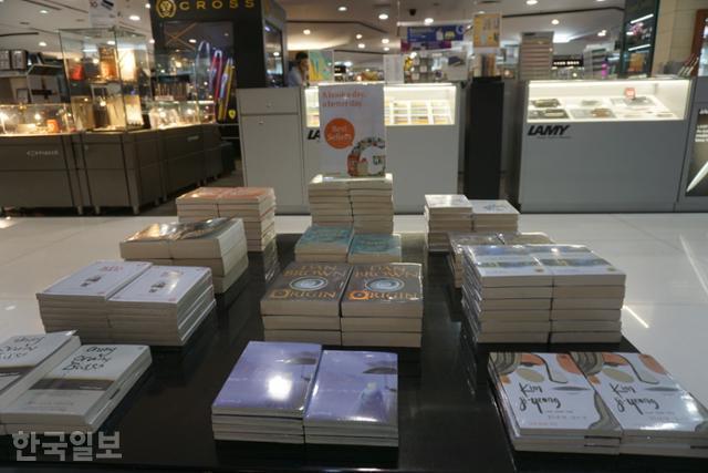 자카르타 도심 대형서점의 베스트셀러코너에 '82년생 김지영'이 놓여있다. 자카르타=고찬유 특파원