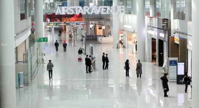 24일 오후 인천국제공항 제1여객터미널 면세구역이 한산하다. 연합뉴스