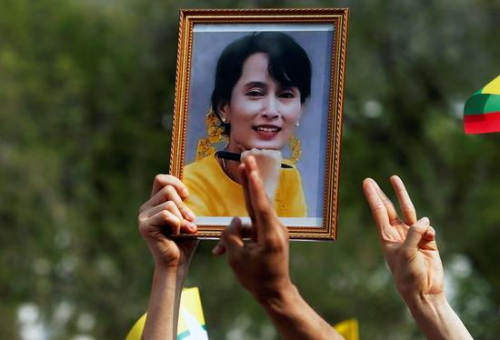 미얀마에서 반(反)쿠데타 시위가 3주째 이어지고 있다. 사진은 지난 22일(현지시각) 방콕 유엔 사무소 앞에서 군사 쿠데타 규탄 시위를 벌이고 있는 한 시위대가 아웅산 수치 국가고문의 사진을 들고 있는 모습. /사진=로이터